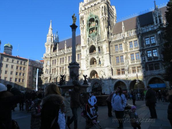 crowded Marienplatz