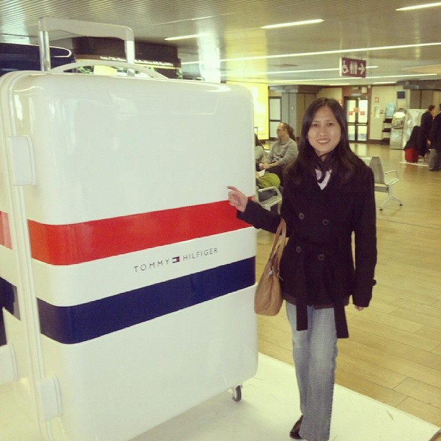 Spotted this huge Tommy Hilfiger luggage at Leonardo da Vinci Fiumicino airport. I could fit inside, eh? Travel for free? :) #italy #airport #travelphoto #travelgram #instaphoto